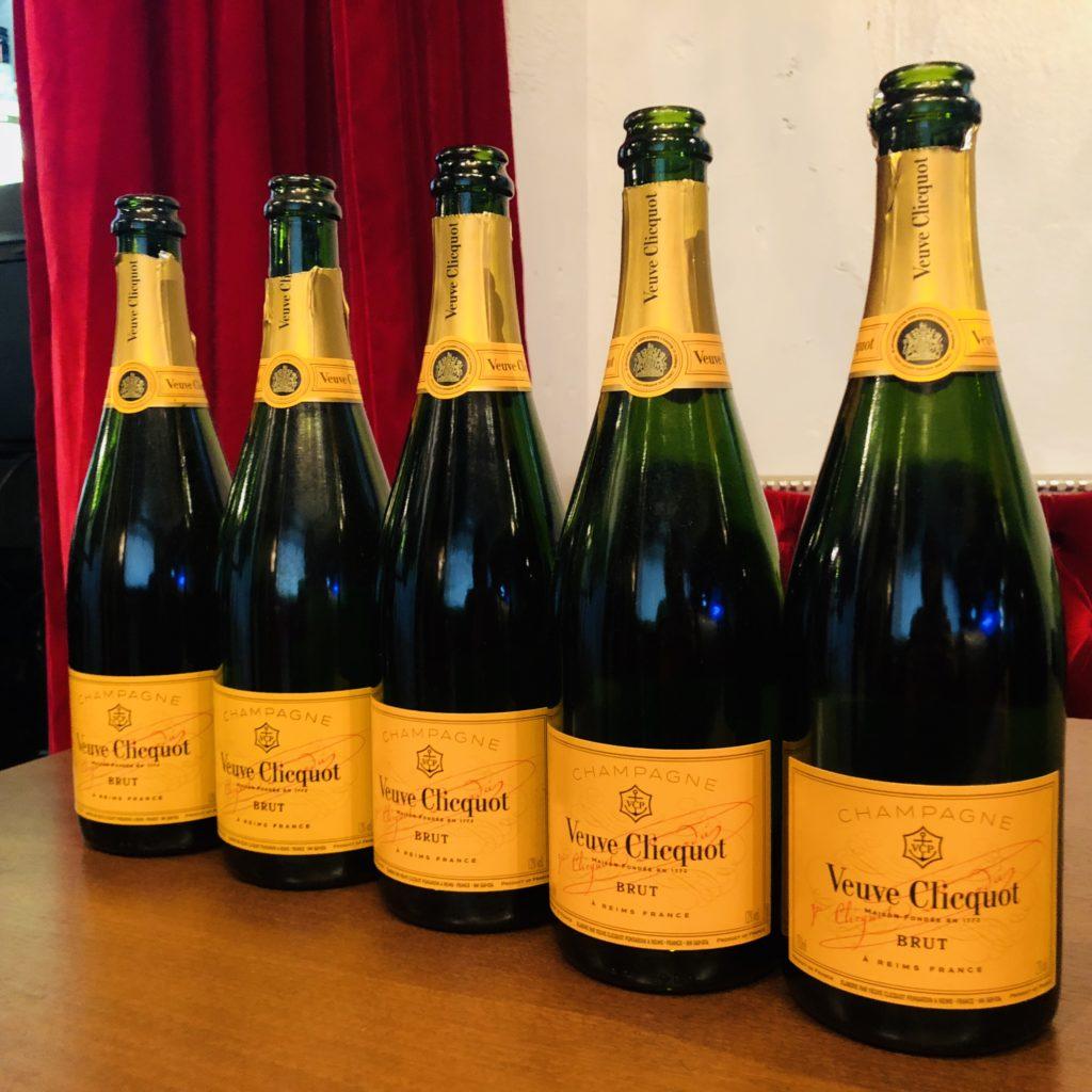 お誕生日でシャンパンヴーヴクリコで乾杯したボトルの写真です。