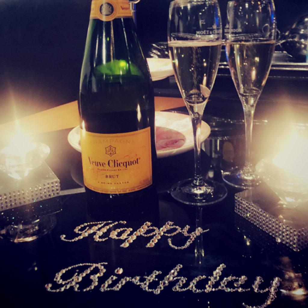 お誕生日のサプライズでシャンパンの写真です。